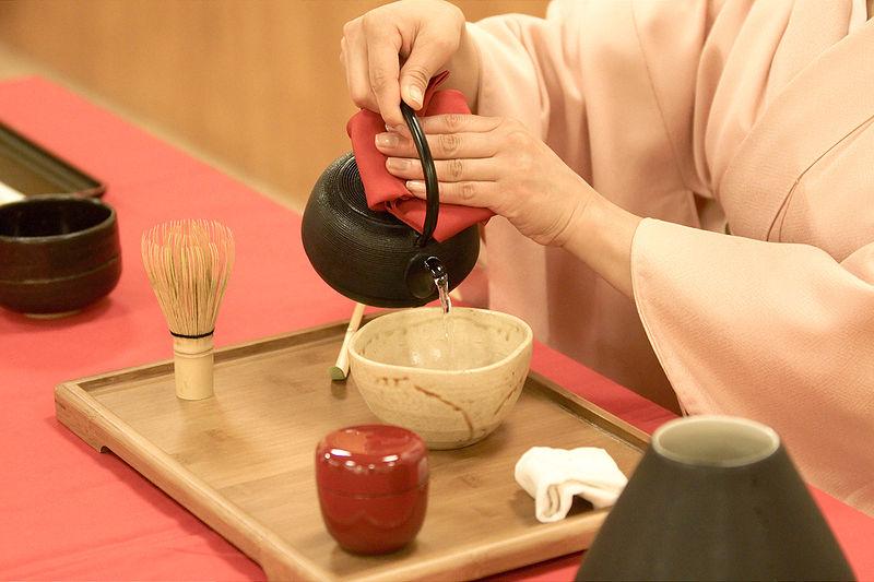 800px-Japanese_tea_ceremony_20100502_Japan_Matsuri_18