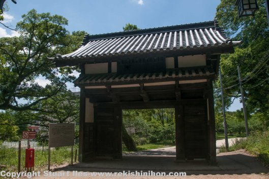 This gate is probably the oldest structure in the site. This gate originally came from Najima castle. It was built in 1587. When Najima castle was pulled down this gate was used for the residence of Kamon Hayashi, a Kuroda retainer within Fukuoka castle. This is the only structure left from Najima castle.